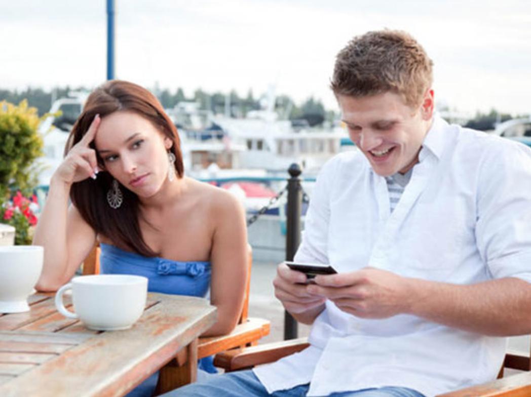 Lakukan Ini untuk Menghadapi Pasangan yang Kecanduan Gadget