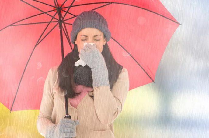 Kena Air Hujan Bikin Sakit, Mitos atau Fakta?